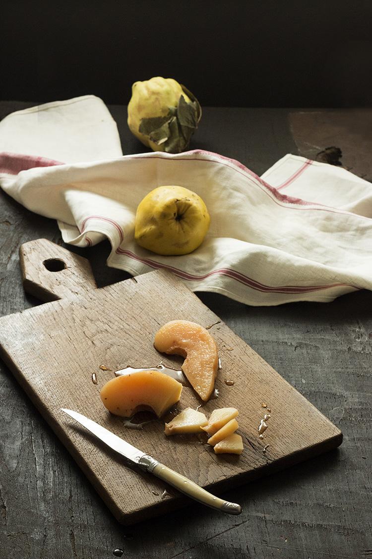 tartitas de membrillo escalfado sobre crema-flan de coco