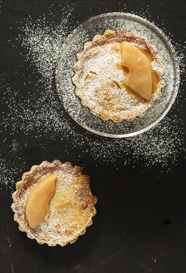 Tartaletas de membrillo escalfado sobre crema-flan de coco