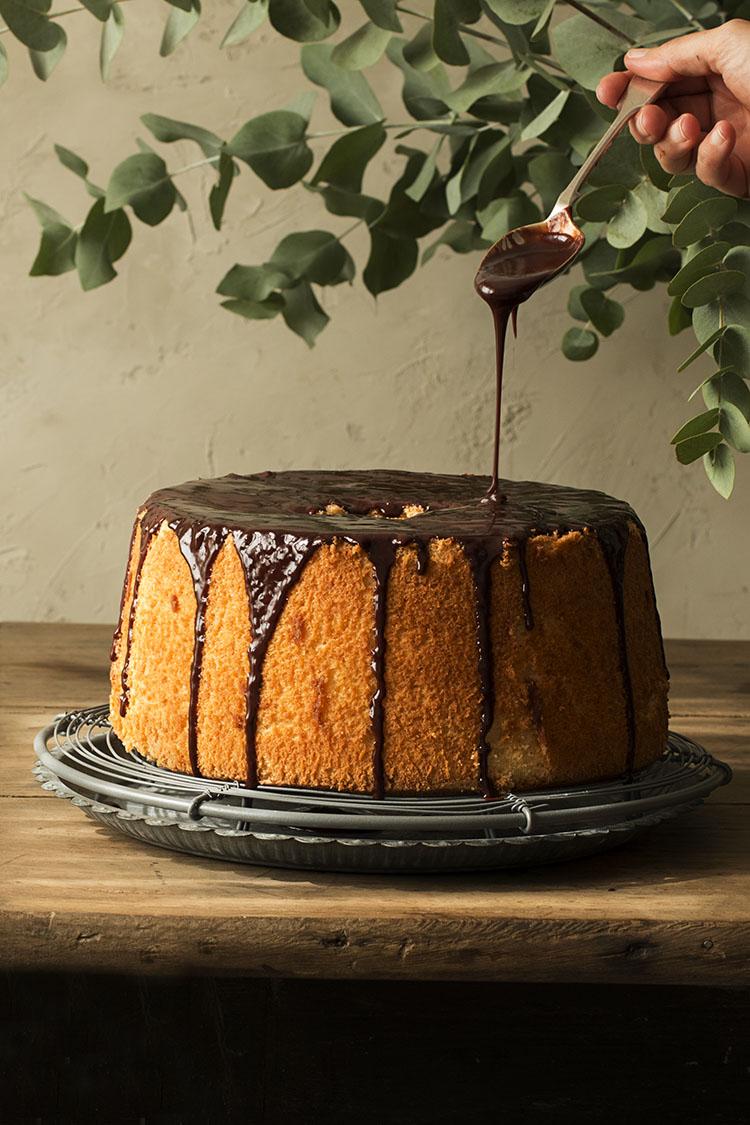 ORANGE CHIFFON CAKE CON GLASEADO DE CHOCOLATE Y NARANJAS CONFITADAS