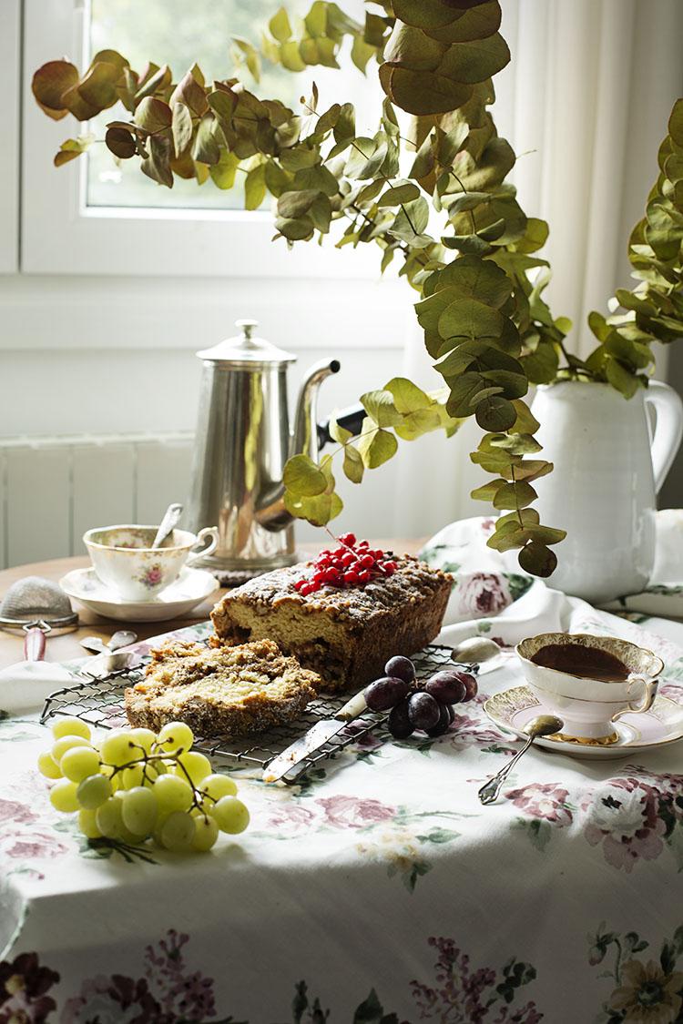 CAKE DE NUECES Y HALVA CON CHOCOLATE A LA TAZA
