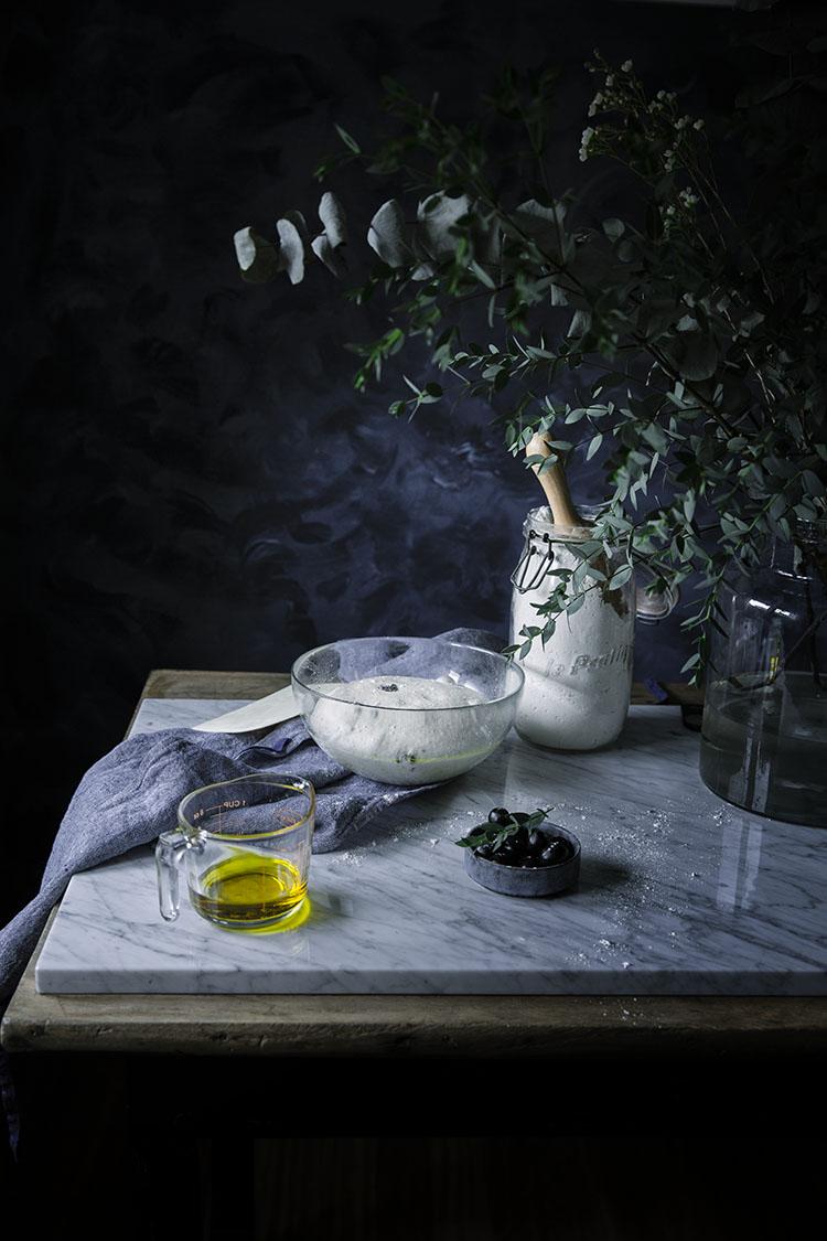 Ingredientes para el pan casero de aceitunas negras