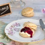 BRITISH SCONES CON CLOTTED CREAM